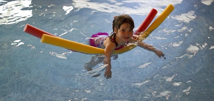 La natación brinda muchos beneficios en el desarrollo del niño