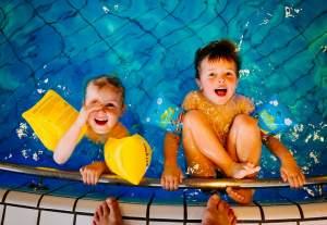 La natación sirve de recreación a los niños