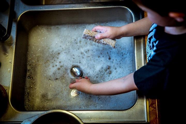 Los niños pueden aprender quehaceres del hogar