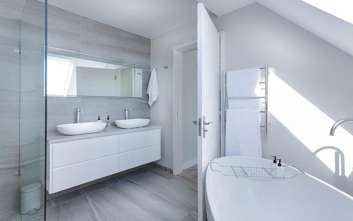 luz solar-modern-minimalist-bathroom-bano-SomosPadres.Info-Foto Pixabay