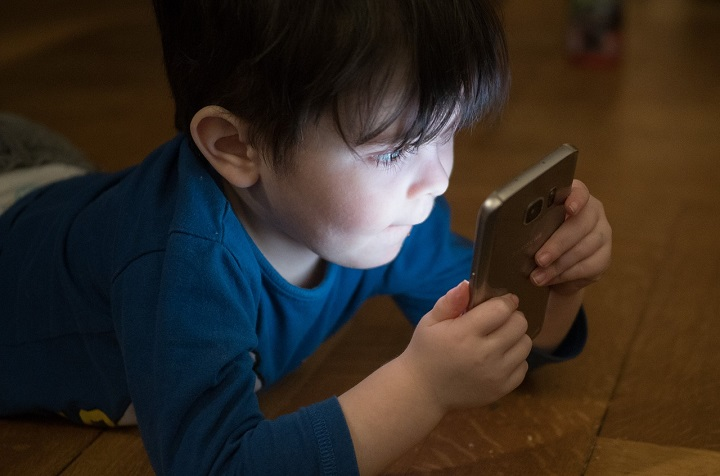 Los niños tienen acceso a celulares aún más en cuarentena