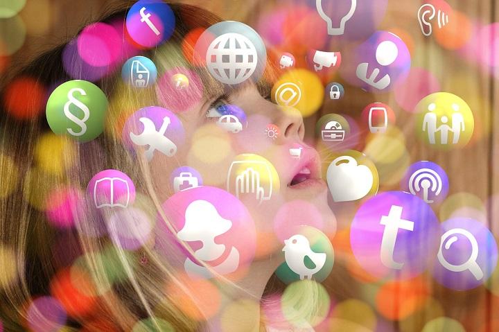 Los niños están conectados a redes sociales